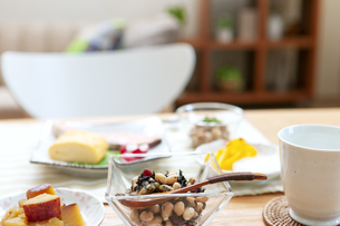 食卓の上の朝食の写真素材 [FYI04676298]
