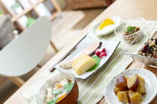 食卓の上の朝食の写真素材 [FYI04676304]