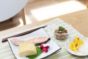 食卓の上の朝食の写真素材 [FYI04676306]
