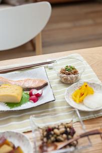 食卓の上の朝食の写真素材 [FYI04676308]