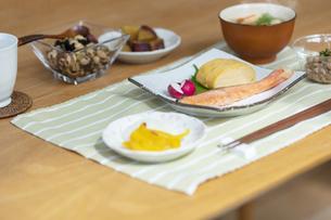 食卓の上の朝食の写真素材 [FYI04676311]