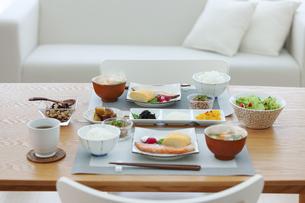 食卓の上の朝食の写真素材 [FYI04676315]