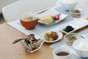 食卓の上の朝食の写真素材 [FYI04676316]