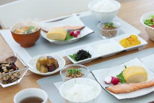 食卓の上の朝食の写真素材 [FYI04676318]