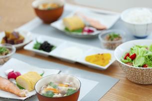 食卓の上の朝食の写真素材 [FYI04676319]