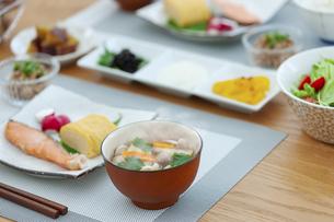 食卓の上の朝食の写真素材 [FYI04676321]