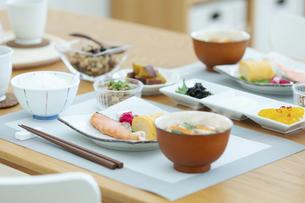 食卓の上の朝食の写真素材 [FYI04676323]