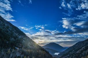 金精峠からの湯の湖 朝日の写真素材 [FYI04676392]