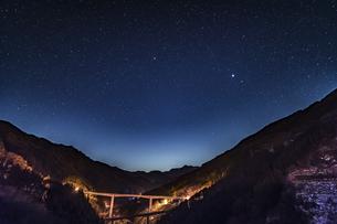 滝沢ダムの星景の写真素材 [FYI04676433]