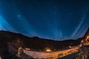 滝沢ダムの星景の写真素材 [FYI04676439]
