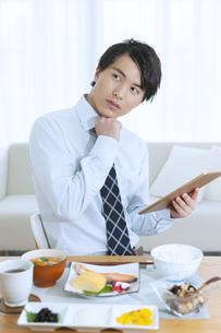 朝食を食べる男性の写真素材 [FYI04676447]