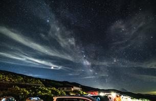 月山八合目駐車場からの星景の写真素材 [FYI04676479]