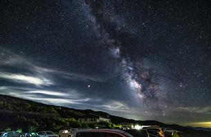 月山八合目駐車場からの星景 流れ星の写真素材 [FYI04676483]