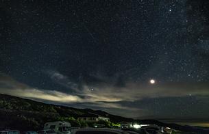 月山八合目駐車場からの星景の写真素材 [FYI04676485]