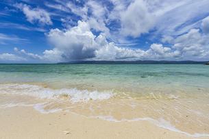鳩間島 前の浜ビーチから望む西表島の写真素材 [FYI04676881]