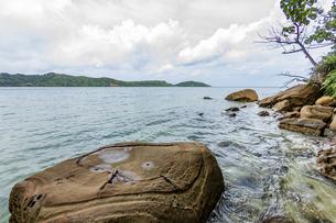 様々な岩や地層が見られるイダの浜の写真素材 [FYI04676887]