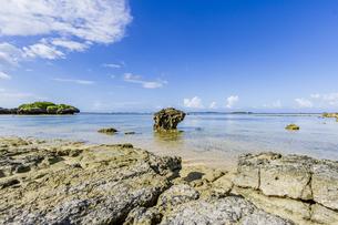 透き通った海と水平線が広がる星砂の浜の写真素材 [FYI04676910]