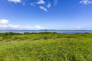 西表島 南風見から望む波照間島の写真素材 [FYI04676933]