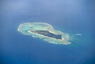 美しい水納島の空撮写真の写真素材 [FYI04676937]