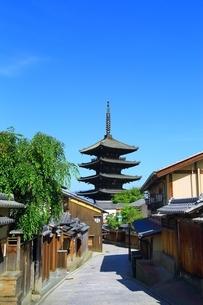 八坂の塔と青空の写真素材 [FYI04677117]