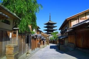 八坂の塔と青空の写真素材 [FYI04677121]