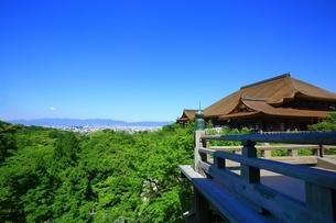新緑の清水寺・本堂と京都市街の写真素材 [FYI04677158]