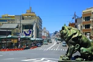 狛犬と四条通りの写真素材 [FYI04677189]