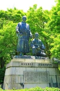 円山公園 坂本龍馬と中岡慎太郎の像の写真素材 [FYI04677204]