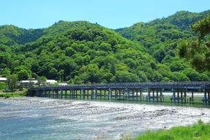 新緑の嵐山 渡月橋と桂川の写真素材 [FYI04677215]