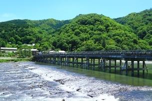 新緑の嵐山 渡月橋と桂川の写真素材 [FYI04677217]