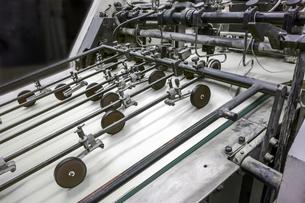 旧型オフセット枚葉印刷機の給紙部のクローズアップの写真素材 [FYI04677267]