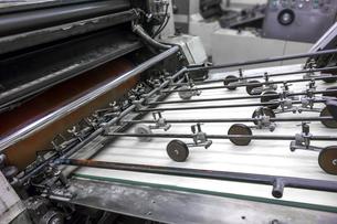 旧型オフセット枚葉印刷機の給紙部のクローズアップの写真素材 [FYI04677274]