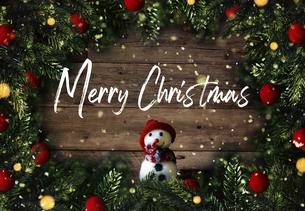 クリスマスの雪だるまのかわいいオーナメントの背景デザインの写真素材 [FYI04677357]