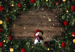 クリスマスの雪だるまのかわいいオーナメントの背景デザインの写真素材 [FYI04677360]