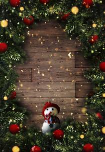 クリスマスの雪だるまのかわいいオーナメントの背景デザインの写真素材 [FYI04677361]