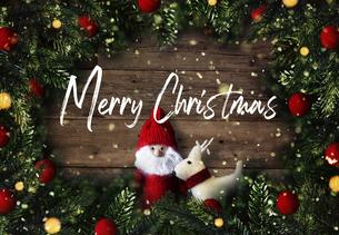 クリスマスのサンタクロースとトナカイのかわいいオーナメントの背景デザインの写真素材 [FYI04677364]