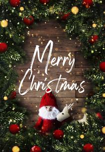 クリスマスのサンタクロースとトナカイのかわいいオーナメントの背景デザインの写真素材 [FYI04677365]