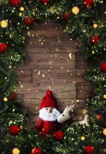 クリスマスのサンタクロースとトナカイのかわいいオーナメントの背景デザインの写真素材 [FYI04677369]
