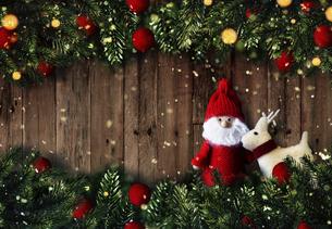 クリスマスのサンタクロースとトナカイのかわいいオーナメントの背景デザインの写真素材 [FYI04677370]