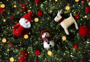 クリスマスのかわいいオーナメントの背景デザインの写真素材 [FYI04677379]