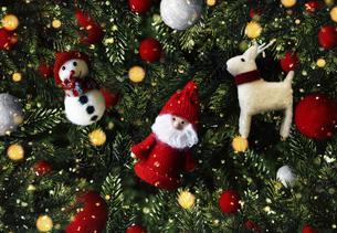クリスマスのかわいいオーナメントの背景デザインの写真素材 [FYI04677380]