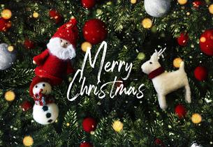 クリスマスのかわいいオーナメントの背景デザインの写真素材 [FYI04677381]