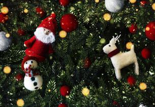 クリスマスのかわいいオーナメントの背景デザインの写真素材 [FYI04677382]