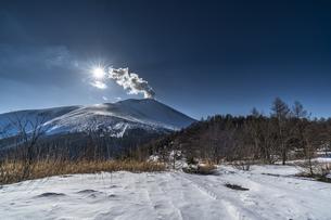 雪の浅間山に沈む太陽の写真素材 [FYI04677496]