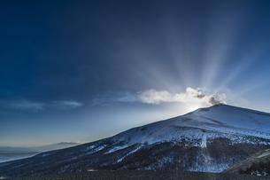 雪の浅間山に沈む太陽の写真素材 [FYI04677502]