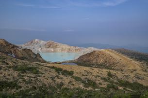 草津白根山火口展望台から見る湯釜の写真素材 [FYI04677528]