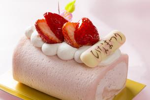 おひな様ロールケーキの写真素材 [FYI04677864]