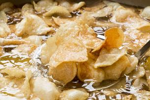 調理中のポテトチップスの写真素材 [FYI04677906]