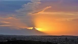 空に回廊が見える夕焼けの写真素材 [FYI04677993]