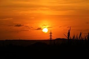 鉄塔と茜色の夕焼けの写真素材 [FYI04677996]